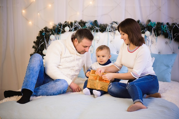 Schöne familie, die ihre ferienzeit zusammen genießt und spaß hat