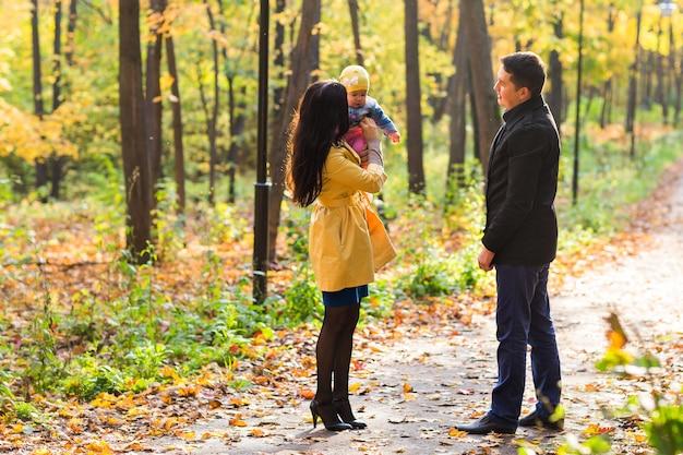 Schöne familie, die im herbstwald spazieren geht. gesunder lebensstil.