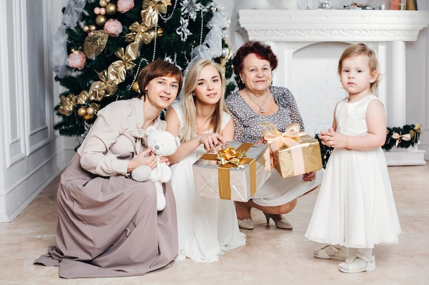 Schöne familie, die weihnachten zu hause feiert