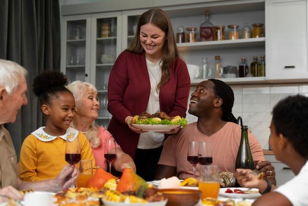 Schöne familie, die zusammen ein schönes thanksgiving-dinner hat?