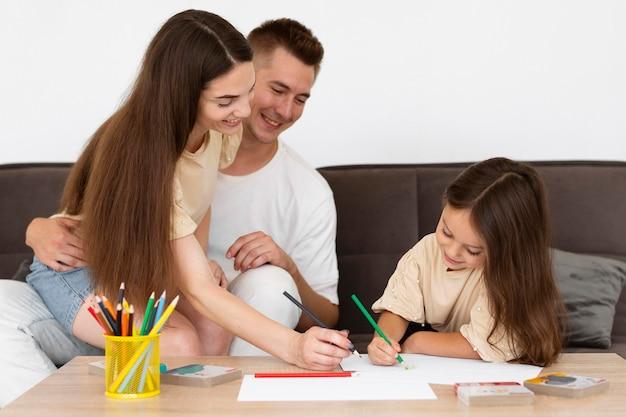 Schöne familie, die zusammen zeichnet