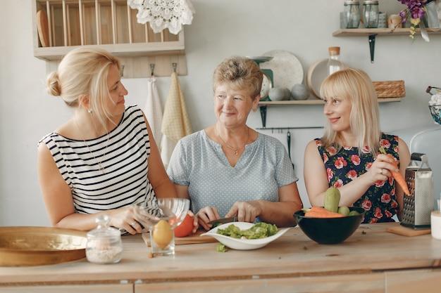 Schöne familie essen in einer küche zubereiten