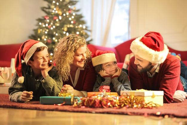 Schöne familie feiert weihnachten