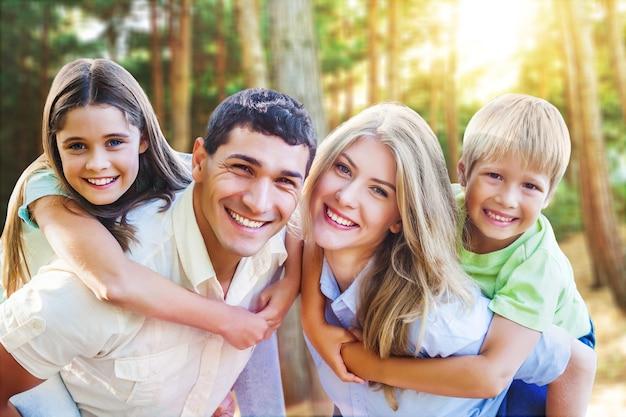 Schöne familie im park im freien?