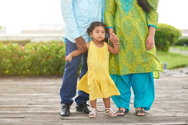 Schöne familie im park spazieren