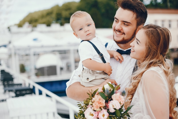 Schöne familie mit niedlichen kleinen sohn