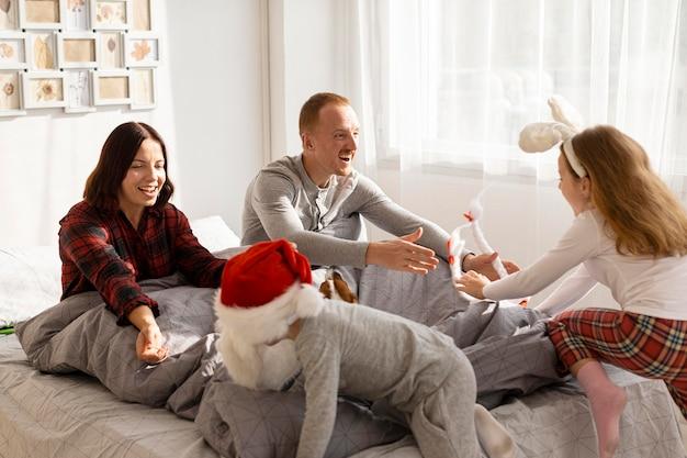 Schöne familie mit weihnachtskonzept