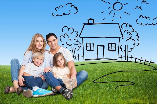 Schöne familie ruht auf gras im freien