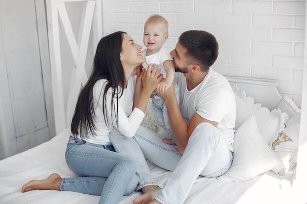 Schöne familie verbringen zeit in einem badezimmer