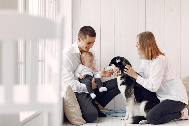 Schöne familie verbringen zeit in einem schlafzimmer mit einem hund