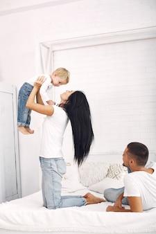 Schöne familie verbringen zeit in einem schlafzimmer