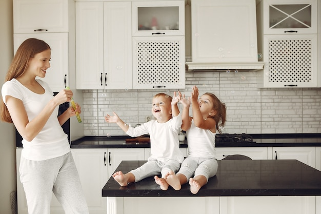 Schöne familie verbringen zeit in einer küche