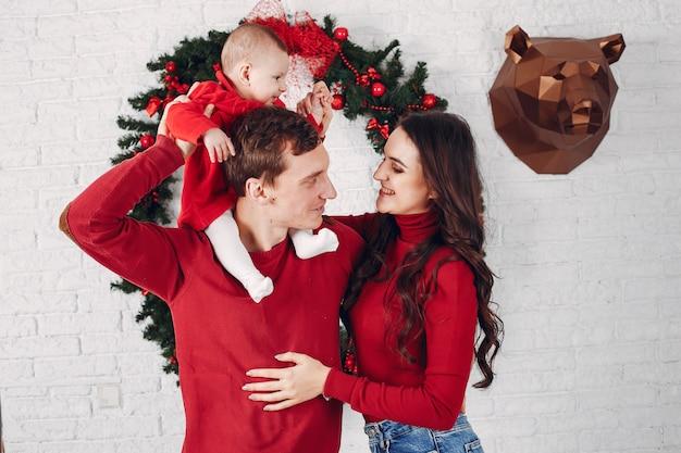 Schöne familie verbringt zeit zu hause