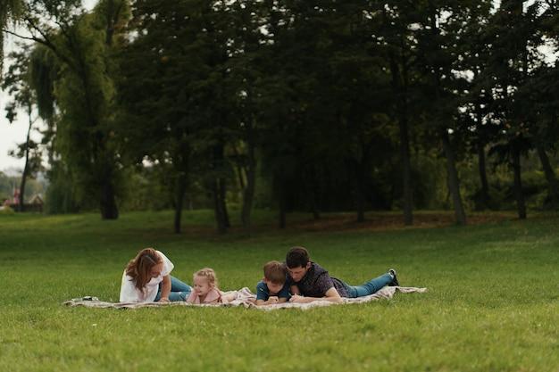 Schöne familie verbringt zeit zusammen im freien