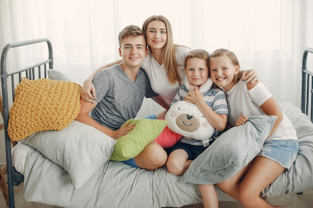 Schöne familie viel spaß zu hause