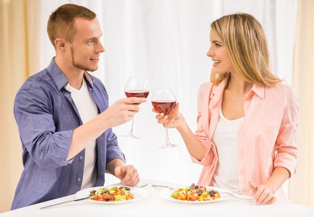 Schöne familienpaare, die zusammen zu abend essen.