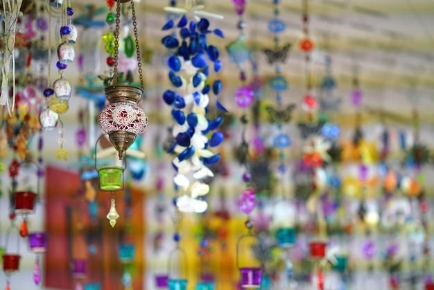 Schöne farbeffekte in souvenirläden in mykonos auf den kykladen
