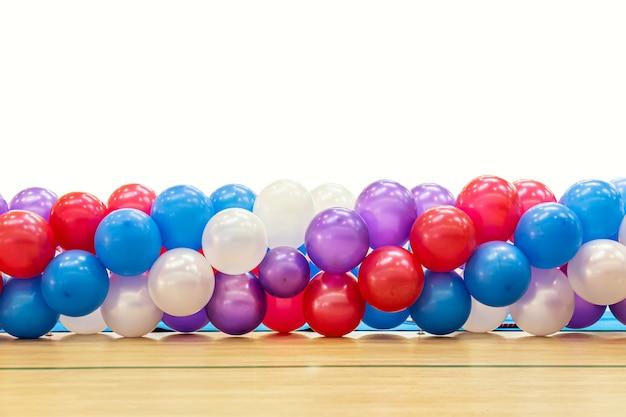 Schöne farbige gebundene ballons lokalisiert auf weißem hintergrund. mehrfarbige überraschungstextur aus der kindheit.