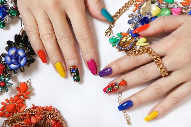 Schöne farbige maniküre mit dekorationen