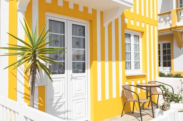 Schöne farbige und gestreifte häuser in costa nova aveiro portugal