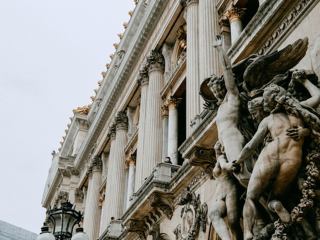 Schöne fassade der grand opera in paris mit skulpturen