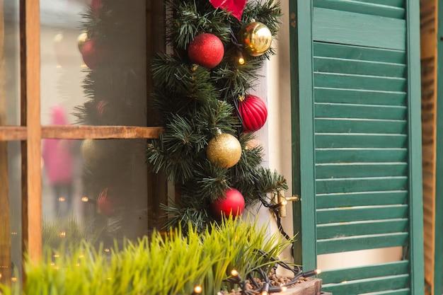 Schöne feiertagsfenster verziert für weihnachten. neujahr Premium Fotos
