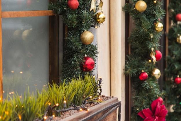 Schöne feiertagsfenster verziert für weihnachten. neujahr