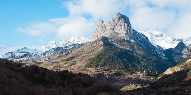 Schöne felsige bergkette mit schnee bedeckt