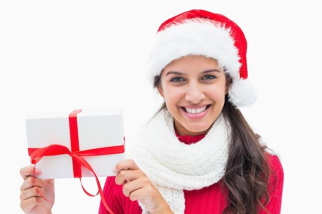 Schöne festliche frau, die geschenk hält