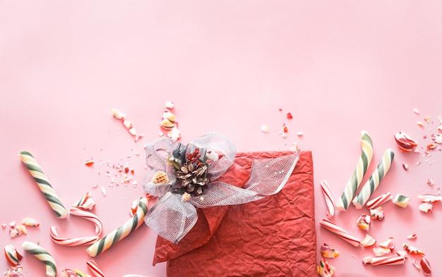 Schöne festliche geschenkbox mit verschiedenen bunten süßigkeiten