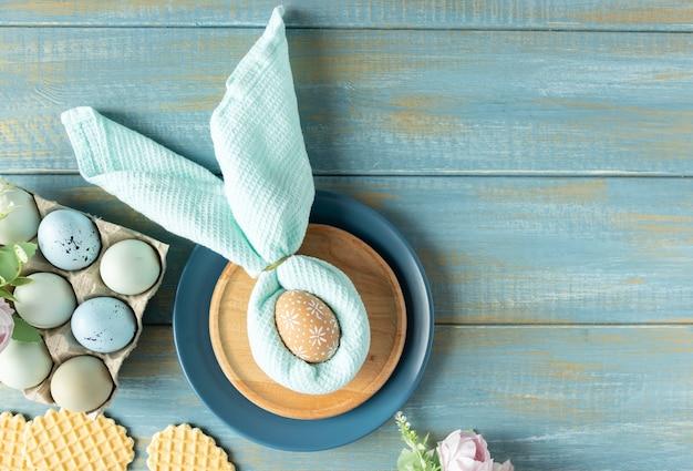 Schöne festliche ostern tischdekoration mit serviette osterhase