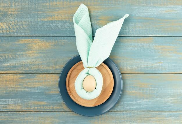 Schöne festliche ostertabelleneinstellung mit servietten-osterhasen