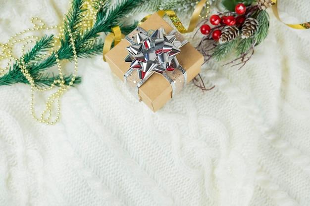 Schöne festliche überraschungsgeschenkbox mit einer silbernen schleife