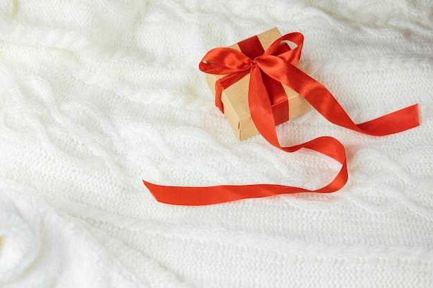 Schöne festliche überraschungsgeschenkbox mit roter schleife für neujahr und valentinstag