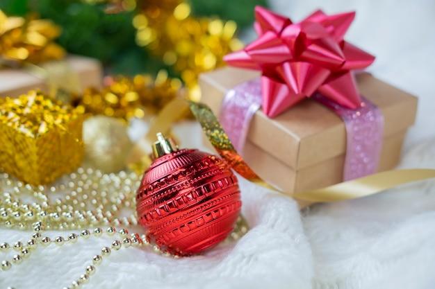Schöne festliche überraschungsgeschenkbox mit roter schleife