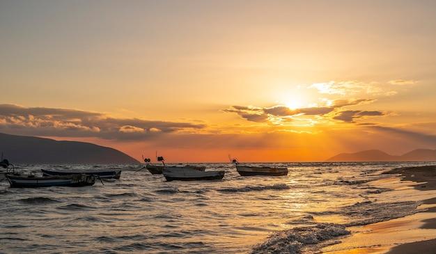 Schöne fischerboote bei sonnenuntergang am adriatischen meer