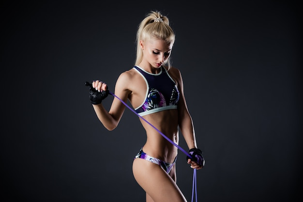 Schöne fitnessfrau mit dem springseil