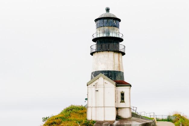 Schöne flachwinkelaufnahme des historischen leuchtturms von cape disappointment