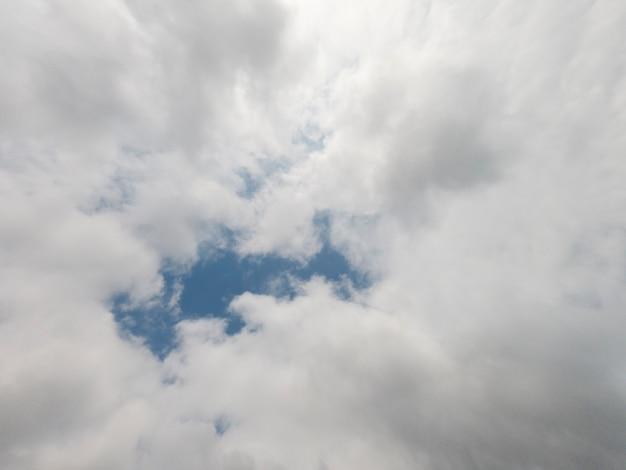 Schöne flauschige wolken und blauer himmel