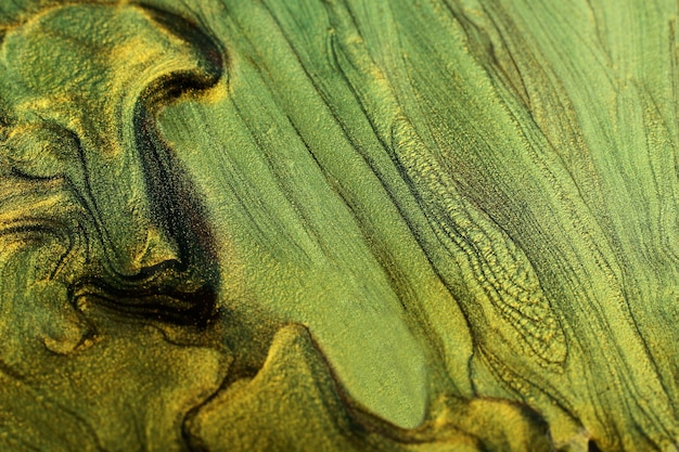 Schöne flecken von flüssigem nagellack, flüssige kunsttechnik. goldmarmorhintergrund. moderne kulisse des nagellackflusses. platz für design kopieren. horizontales banner. Premium Fotos