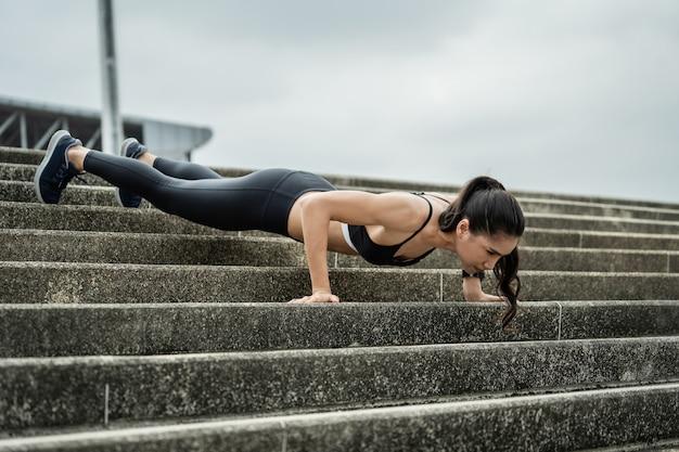 Schöne form der asiatin, drückend auf die treppe