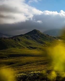 Schöne fotografie des berges oshten. dramatischer himmel im hintergrund und sonnenstrahlen. idee von tourismus und wandern, atemberaubende natur. hoher berg in russland.