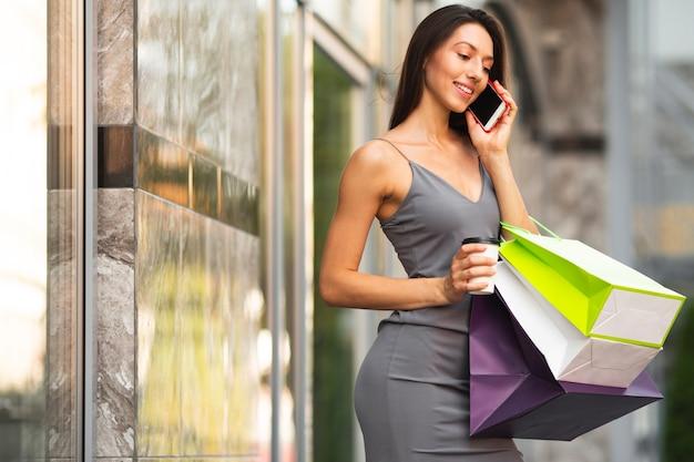 Schöne frau am einkaufen kleidet