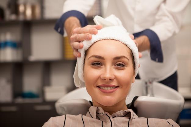 Schöne frau am haarschönheitssalon