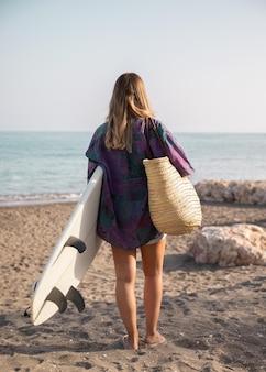 Schöne frau am strandkonzept