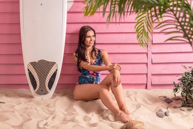 Schöne frau an einem tropischen strand