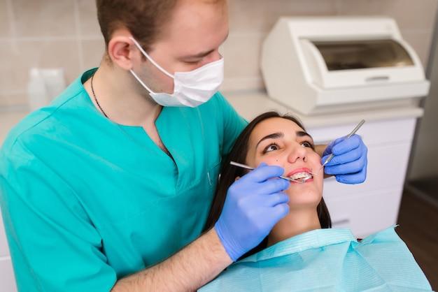 Schöne frau auf absprache mit einem zahnarzt, behandlung von karies