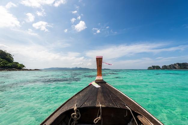 Schöne frau auf einem langschwanzboot in thailand