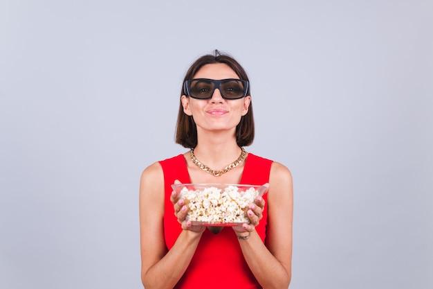 Schöne frau auf grauer wand in 3d-kinobrille mit popcorn, fröhliche, glückliche positive emotionen Kostenlose Fotos