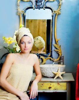 Schöne frau badezimmer porträt mit handtuch